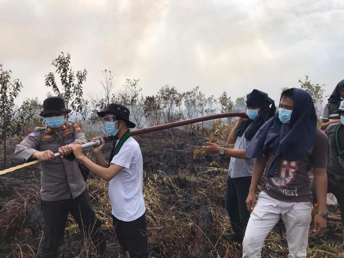 Mahasiswa Ikut Bantu Padamkan Karhutla di Dumai