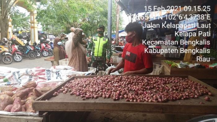 Personil Koramil 01/Bengkalis Patroli Prokes di Pasar Terubuk
