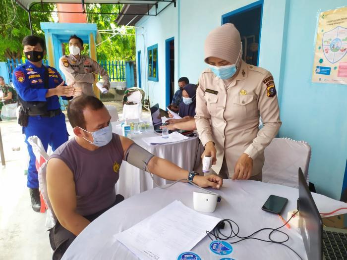 Ratusan Polisi di Kepulauan Meranti Menerima Vaksin Covid-19 Dosis Kedua