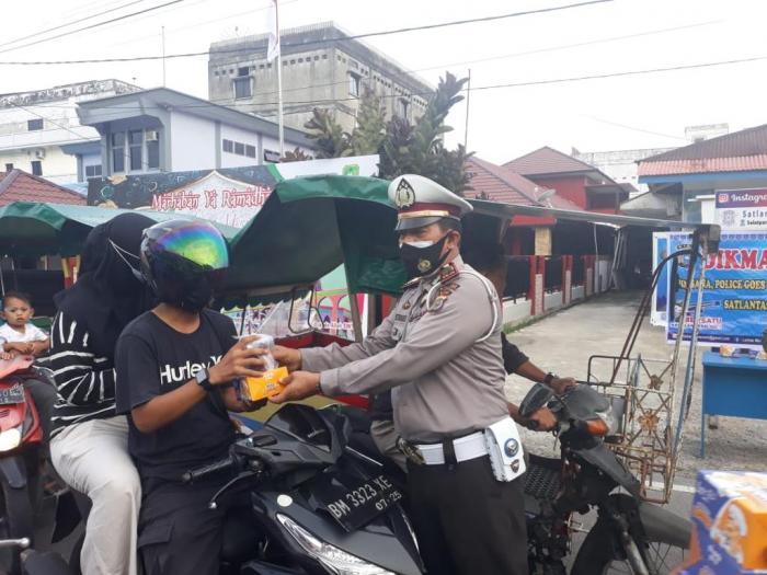 Bagi-bagi Takjil Jelang Buka Puasa, Polisi Ingatkan Warga Soal Prokes dan Tidak Mudik Lebaran