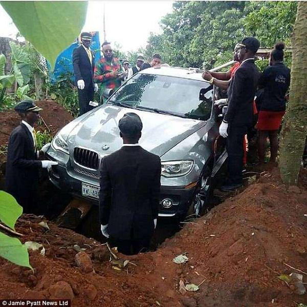 Harta Dibawa Mati! Ada Lho?..  Ayah dan BMW Seharga 1,2 Miliar Dikuburkan Bersama-sama