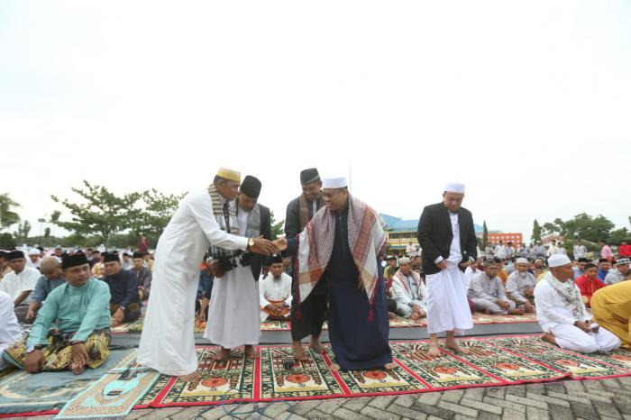 Bupati Meranti Sholat Idul Fitri 1439 H Bersama Warga