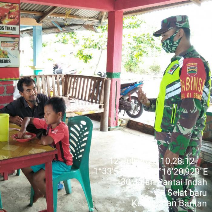 Personel Koramil 01/Bengkalis Terus Sosialisikan Protap Kesehatan Kepada Masyarakata di Pantai Selat Baru.