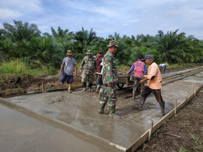 Prajurit Dan Masyarakat Bandar Laksmana Bersama Menyelesaikan Fisik Pembangunan