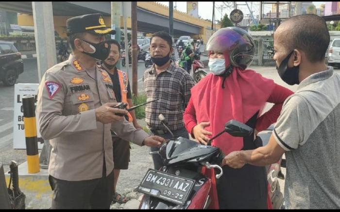 Kesigapan Polisi Saat Tugas Penyekatan PPKM, Bantu Ibu Hamil Yang Mau Melahirkan di Jalan