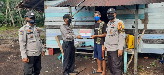 Polisi di Meranti Bagi-bagi Sembako ke Warga Terdampak PPKM