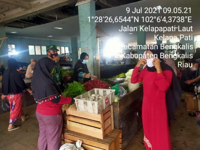 Koramil 01/Bengkalis Terus Lakukan Monitoring Penerapan Prokes di Keramaian Pasar