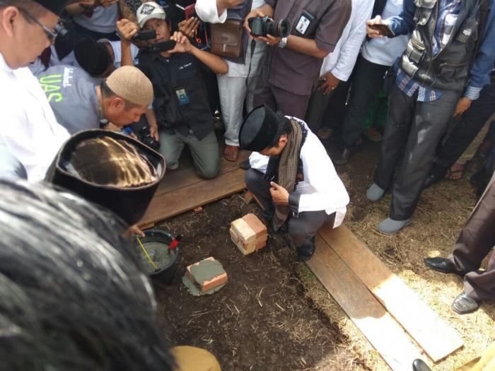 UAS dan Bupati Lakukan Peletakan Batu Pertama Pesantren Darul Fikri
