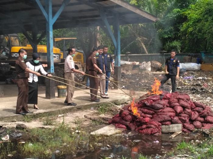 Satpol Air Bengkalis Musnahkan Ratusan Kampit Bawang Merah Illegal